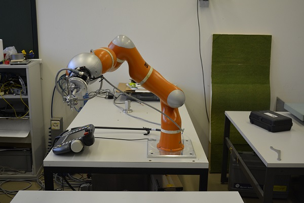 Bras Kuka LWR à l'EPFL de Lausanne. Ce bras Kuka est un bras compliant, représentatif de la robotique collaborative.