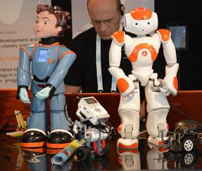 NAO et ses amis lors de RoboBusiness Europe 2014