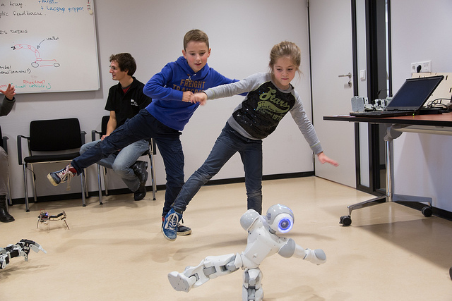Enfants avec robot humanoïde programmable NAO d'Aldebaran