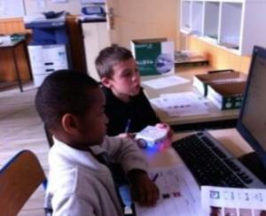 Kinder und der Schulroboter Thymio II