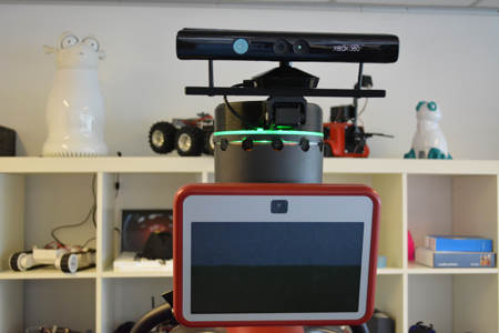 Am Kopf des kooperativen Roboters Baxter wurde eine motorisierte Kinect Tiefensensor-Kamera montiert