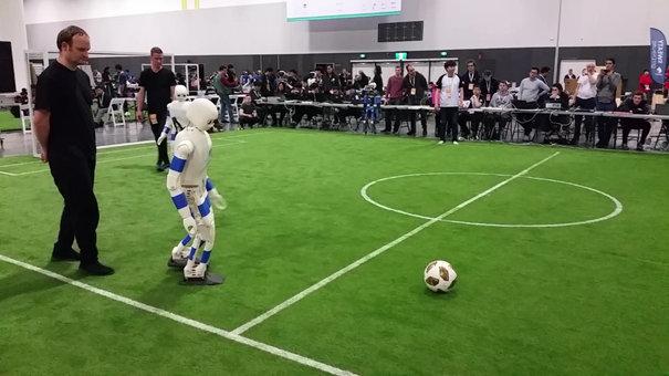 Un robot humanoïde joue au soccer