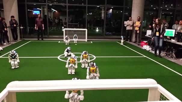 RoboCup - une équipe de NAO joue au soccer