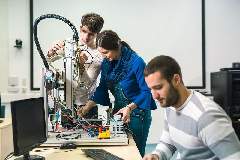 Groupe d'étudiants travaillant sur un robot